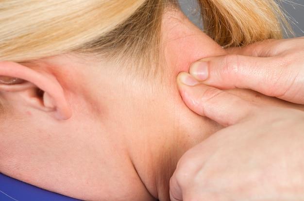 Doktor, fizjoterapeuta bada plecy pacjenta i wykonuje odrażający masaż.