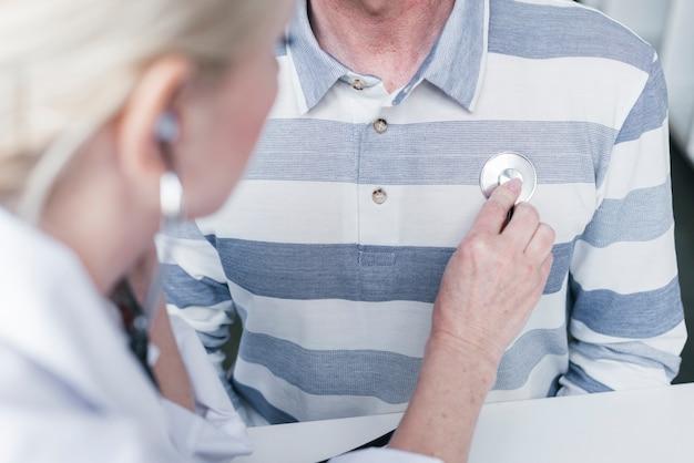 Doktor opiekuje się pacjentem
