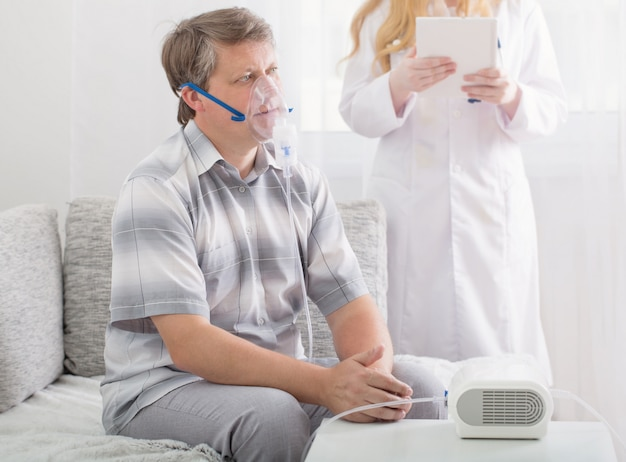 Doktor robi inhalację człowiekowi