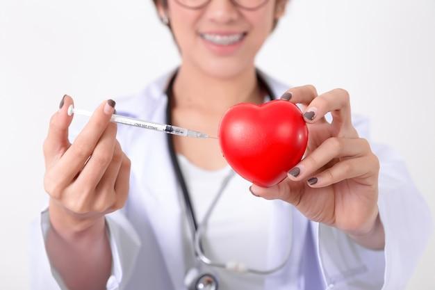 Doktor szczepień na czerwone serce. koncepcja zdrowego i medycznego