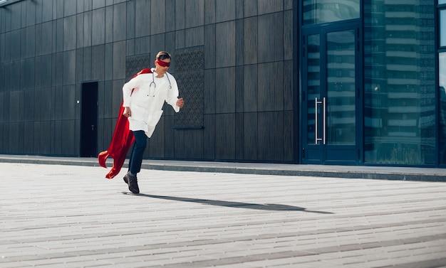 Doktor to superbohater biegający po ulicach miasta. zdjęcie z przestrzenią do kopiowania.