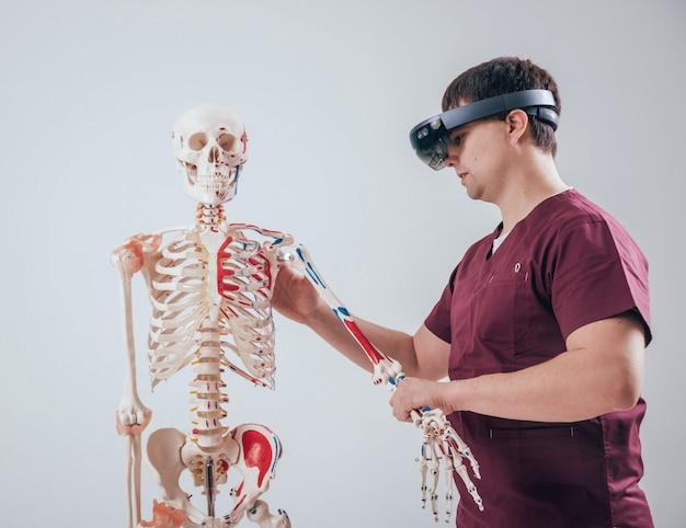 Doktor używa okularów rzeczywistości rozszerzonej do badania ludzkiego szkieletu