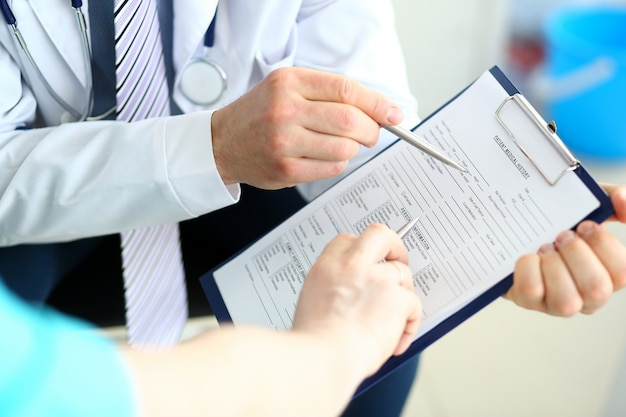 Doktorscy koledzy dyskutuje dokumenty