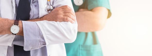 Doktorscy szpitalni fachowi ludzie usług zdrowotnych usługują szerokiego horyzontalnego sztandaru dla tła.