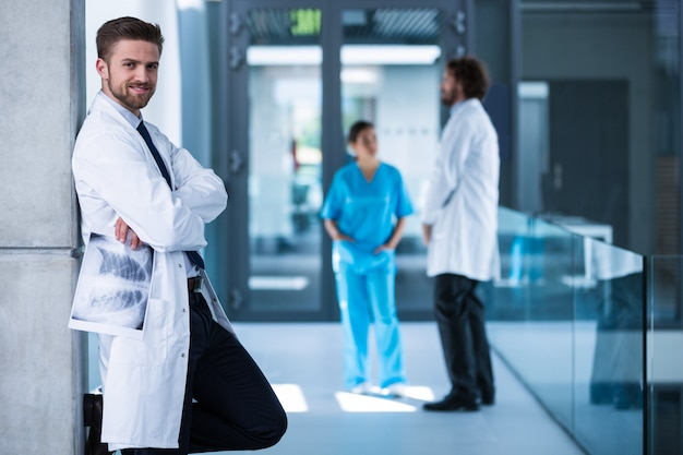 Doktorska mienia promieniowania rentgenowskiego pozycja przeciw ścianie i ono uśmiecha się