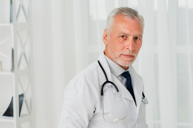 Doktorska pozycja patrzeje kamerę