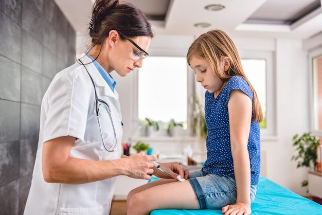 Doktorski dawać młodej dziewczynie szczepionki strzałowi