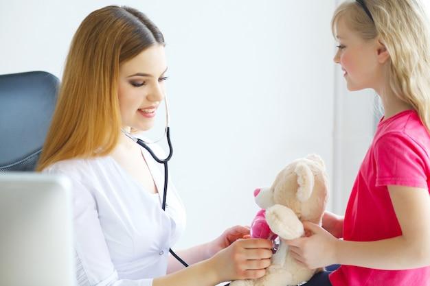 Doktorski egzamininujący dziecko dziewczyny w szpitalu