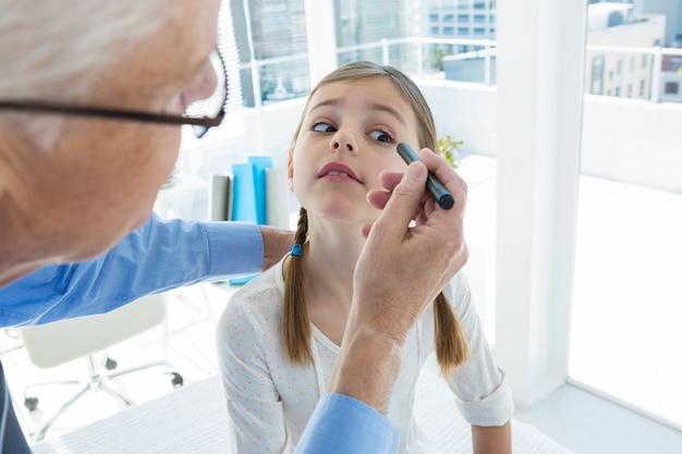 Doktorski egzamininuje cierpliwy oko
