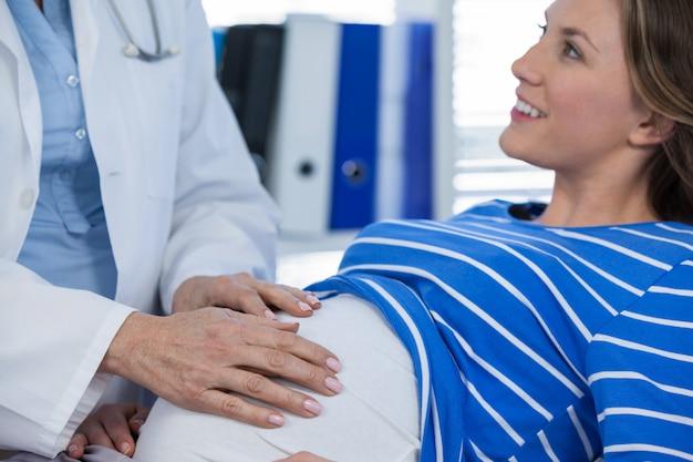 Doktorski egzamininuje kobieta w ciąży