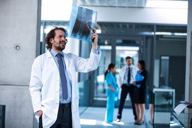 Doktorski egzamininuje promieniowanie rentgenowskie