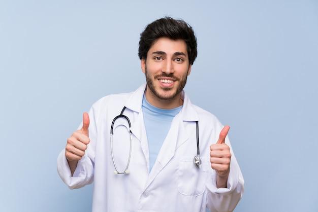 Doktorski mężczyzna daje aprobata gestowi