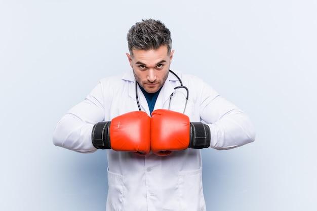 Doktorski mężczyzna jest ubranym bokserskie rękawiczki
