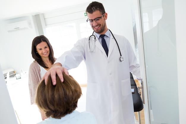 Doktorski otrzymywa małej dziewczynki i jej matki w konsultaci.