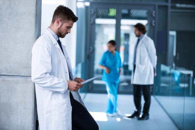 Doktorski patrzejący promieniowanie rentgenowskie w szpitalu