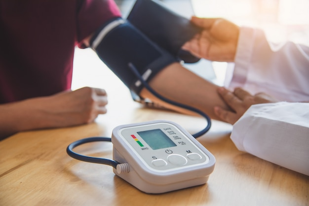 Doktorski pomiar ciśnienia krwi od jej pacjenta