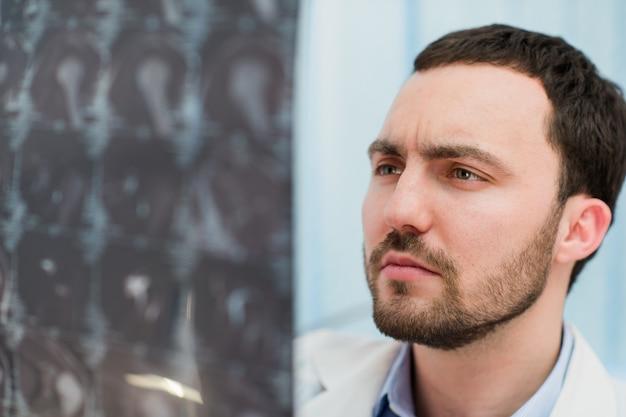 Doktorski przegląda mri promieniowanie rentgenowskie mózg w biurze