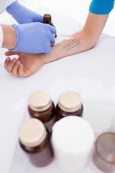 Doktorski robi skórnemu chuj testowi przy jego pacjentem