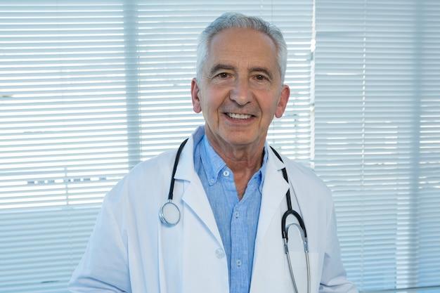 Doktorski uśmiechnięty portret