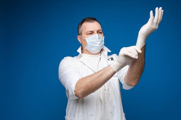 Doktorski zakładanie białe rękawiczki