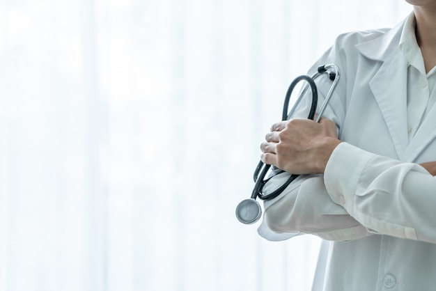 Doktorski żeński mienie stetoskop
