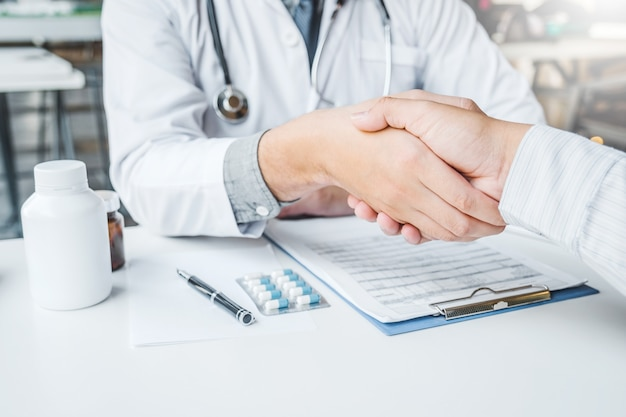 Doktorskie drżenie ręki z pacjentem
