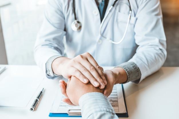 Doktorskie mienie ręki dla pocieszyć i opieki cierpliwego szpitala i medycyny pojęcia