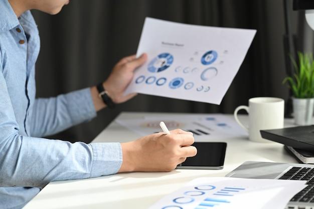 Dokument danych roboczych biznesmena wykres wykres raportu rozwój badań marketingowych
