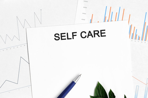 Dokument dotyczący samoopieki z wykresami, diagramami i niebieskim długopisem.