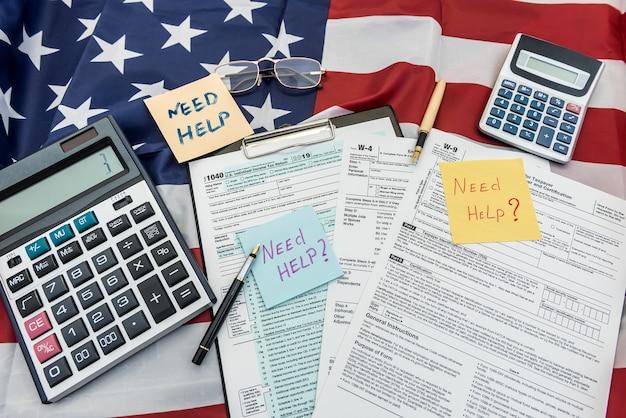 Dokument finansowy 1040 formularz podatkowy z piórem i kalkulatorem na flagę usa. ostateczny termin