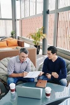 Dokument podpisujący partnerów biznesowych