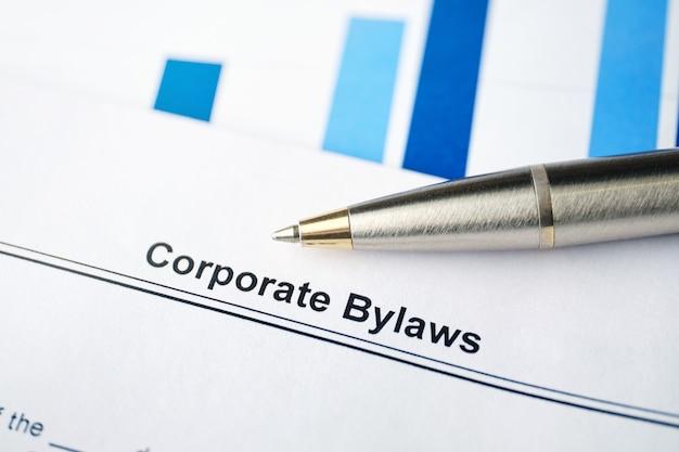 Dokument prawny regulamin korporacyjny na papierze z długopisem.