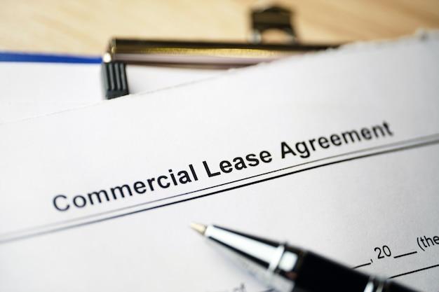 Dokument prawny umowa najmu komercyjnego na papierze.