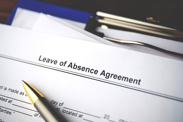 Dokument prawny umowa o urlopie nieobecności na papierze z bliska.