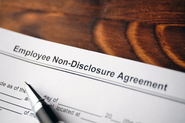 Dokument prawny umowa o zachowaniu poufności pracowników na papierze z bliska.