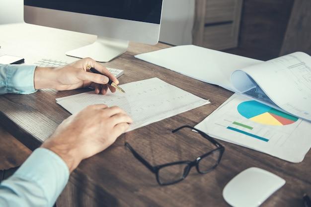 Dokument ręka mężczyzny pracującego w biurze