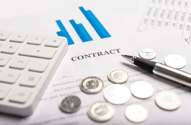 Dokument umowy z kalkulatorem i długopisem z bliska. pojęcie szacowania i obliczania ryzyka i dochodu.