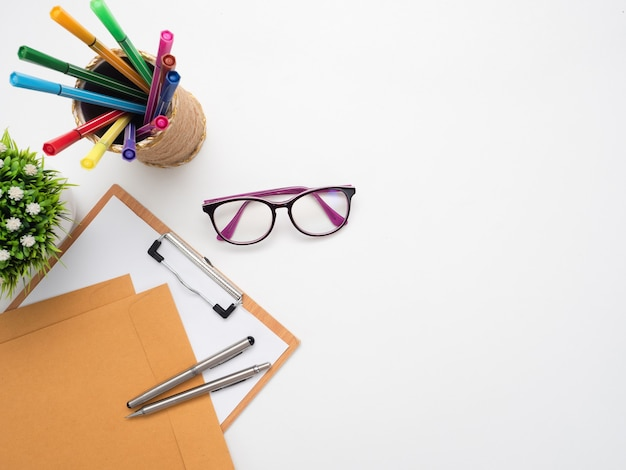 Dokument z kolorowym piórem i okularami na długopis, widok z góry, kopia miejsca