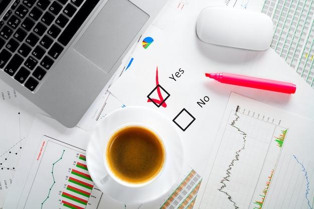 Dokumenty biznesowe na biurku. głosowanie tak lub nie, czerwony znacznik. podejmowanie decyzji w biznesie