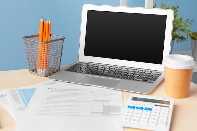 Dokumenty biznesowe przedstawiają wykresy sukcesów finansowych, analizują plany dokumentów