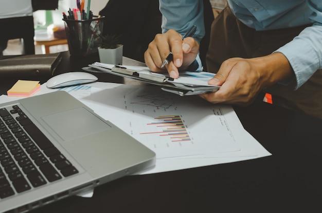 Dokumenty biznesowe, wykresy i wykresy, raporty marketingowe i sprzedażowe. rozwój biznesu z komputerowym laptopem na biurku. praca w domu.