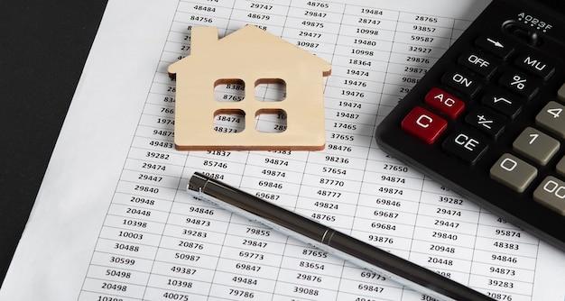 Dokumenty dokumentacja finansowa lub hipoteczna hipoteka na rynku nieruchomości z kalkulatorem ...