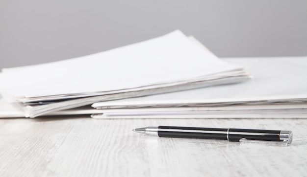 Dokumenty i długopis. biurko biznesowe. gabinet