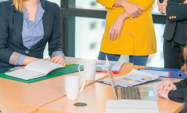 Dokumenty i papier na stole spotkań biznesowych
