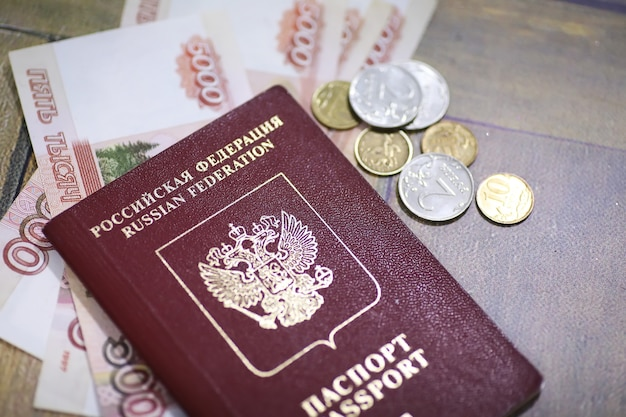 Dokumenty i pieniądze na podłodze rosyjski paszport i waluta