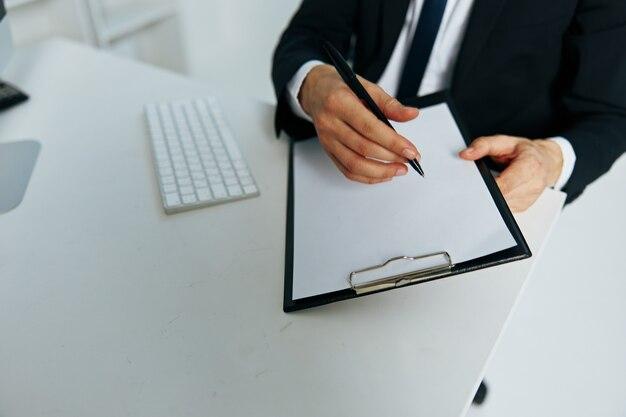Dokumenty męskiego menedżera w komunikacji ręcznej przez szefa telefonu