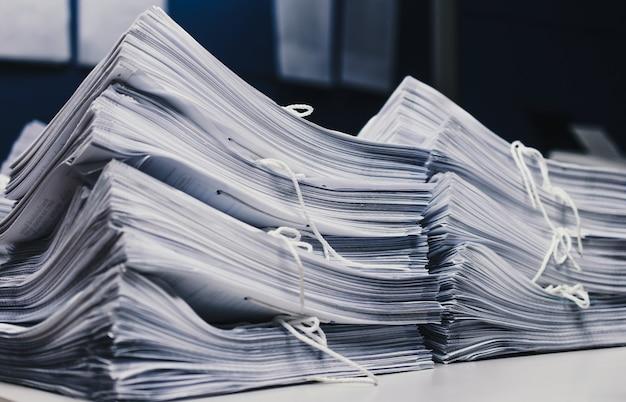 Dokumenty na biurku stos papieru biznesowego