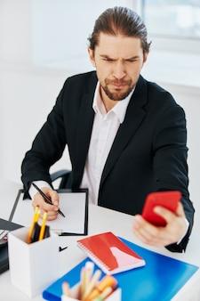 Dokumenty pracy biurowej kierownika z telefonem w ręku styl życia