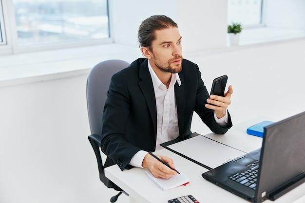 Dokumenty pracy biurowej pracownika biurowego z telefonem w ręku szef