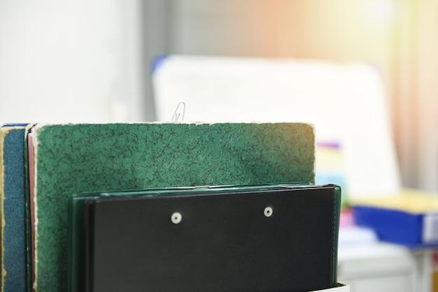 Dokumenty w plikach umieszczonych w szafce na akta